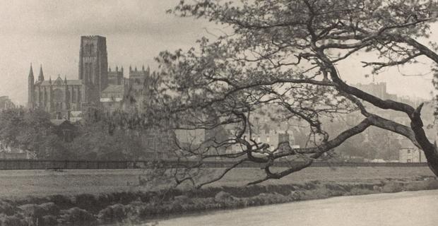 Frederick H. Evans, La cathédrale de Durham, vue du fleuve Wear (détail), v. 1896–1910