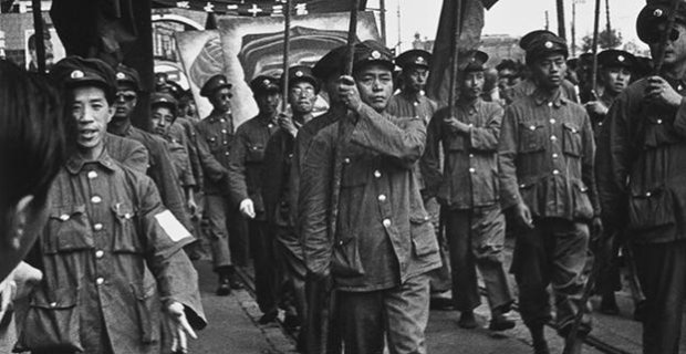 Sam Tata, Soldiers of the People's Liberation Army March Down the Bund (detail) [1949, printed 1970]