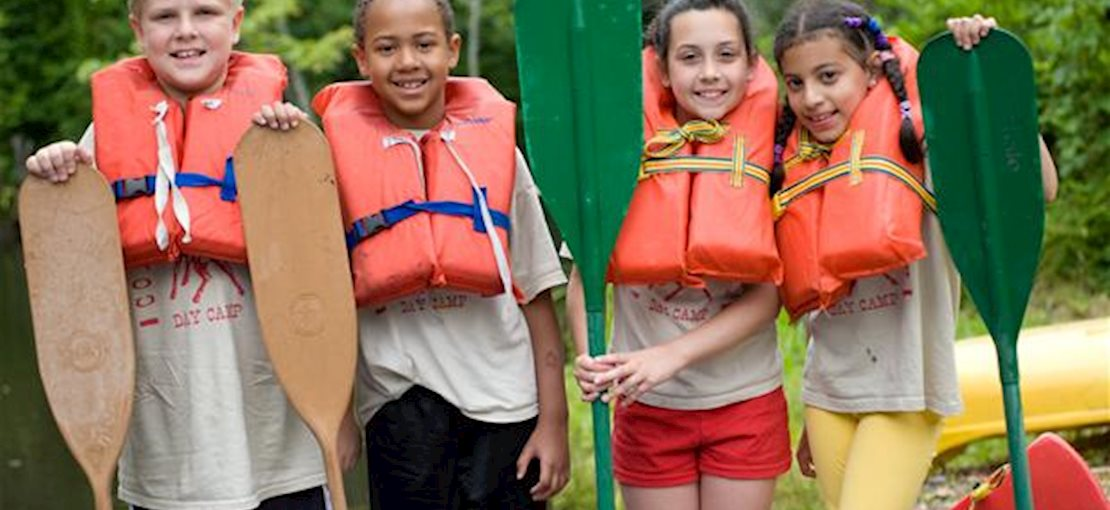 Summer Camp - Kids canoeing