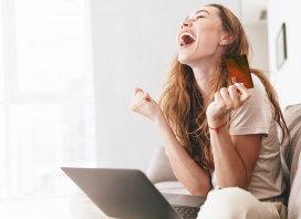 mujer feliz al tener una tarjeta de credito